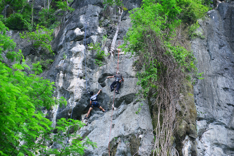 climbers of Kanda (blue rope) and Ai Yai Yai (red rope)
