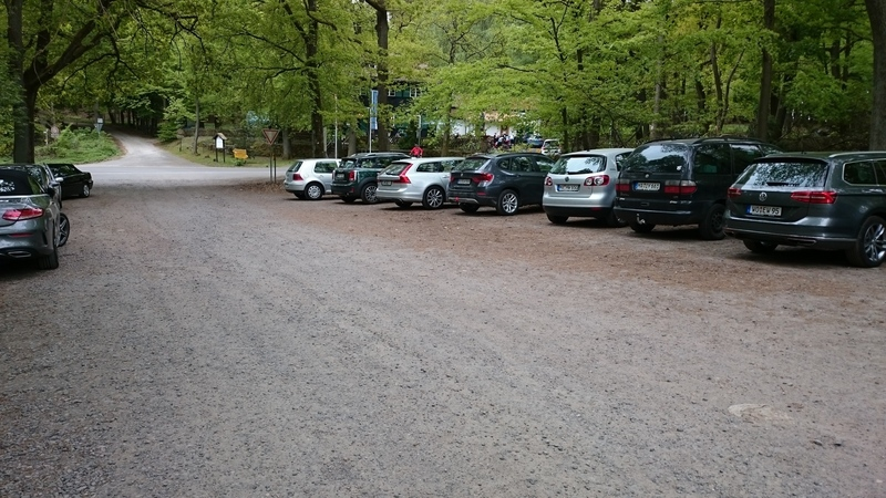 The parking for Lindemannsruhe with a view of the beer garden in the background.