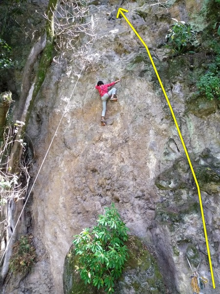 Martin (10y) on the second ascent of En Familia despite of improvised harness and no climbing shoes. Chara-lá goes on the right mossy ramp (yellow line)