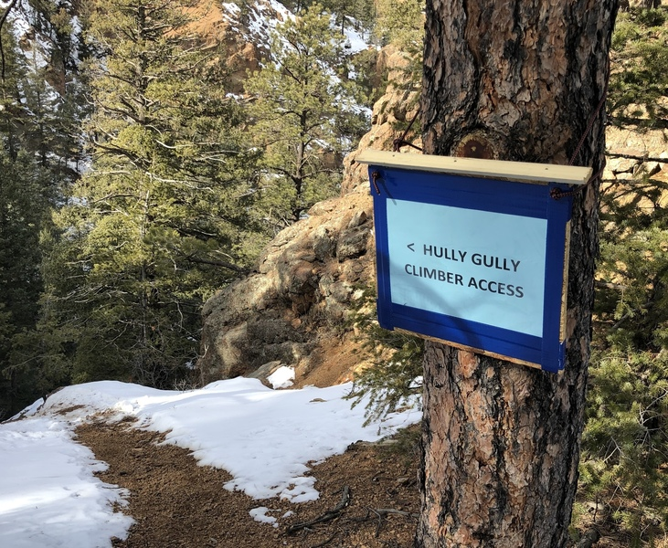 Signage directing climbers to the base of Hully Gully encouraging bottom-up access to anchors.  Thanks PPCA.
