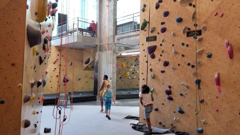 Brooklyn Boulders Queensbridge main room (from floor)
