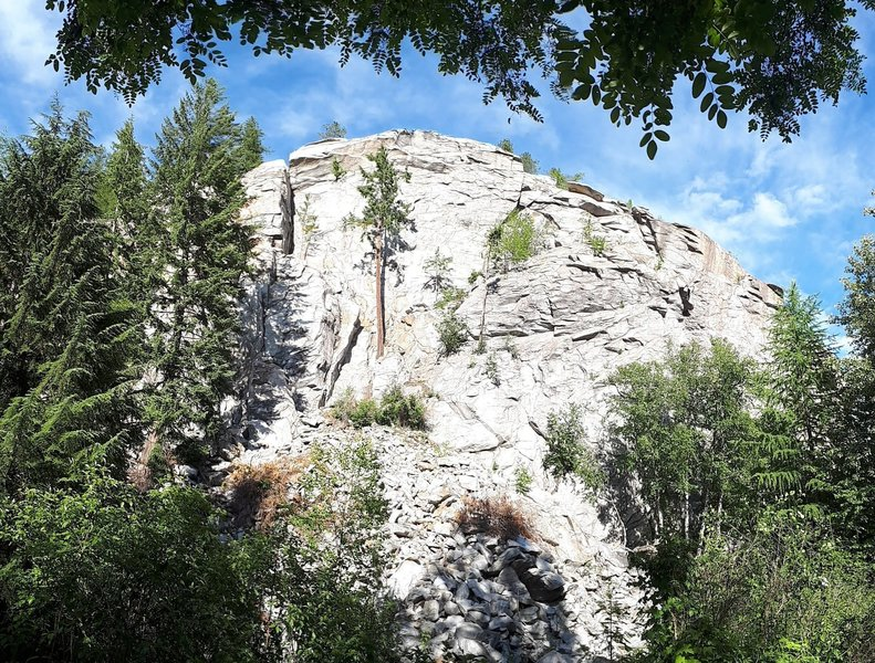 Big boulder routes are found in the low right section of rock shown.