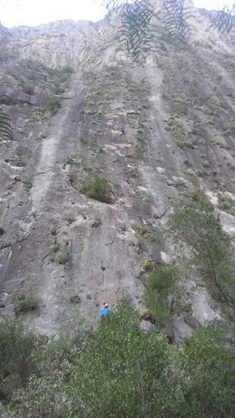 Danely Corona escalando el primer ascenso libre, dando seguro Francisco Olivares