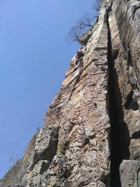 En la ultima parte de la ruta. La fisura a la derecha en la fotografía se observa la siguiente ruta: Chimenea.