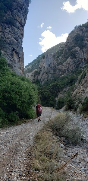 Istentales sector. The north wall is just to the hiker's left. On the other side of the river bed is the south wall. November 2019.