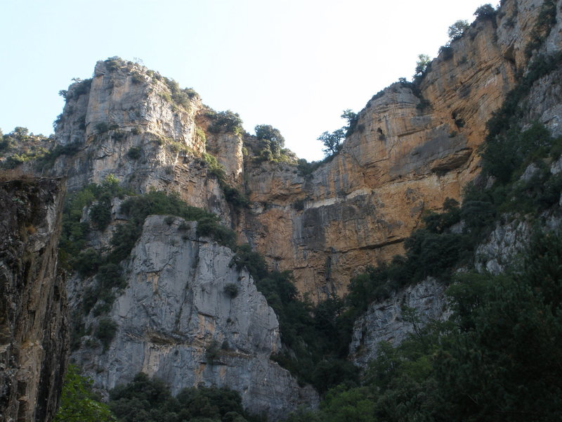 Telephoto of the same cliff as photo with road