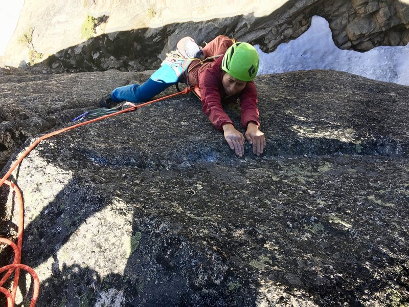 Cindy Beavon preparing to mantle out of p2 of Free Mojo. Sweet pitch! Save a red c3-.4 BD size cams for anchor or link through awkward 10- next pitch.