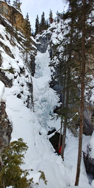 Scrambling down to the last two pitches of Silverton Falls from the viewpoint.