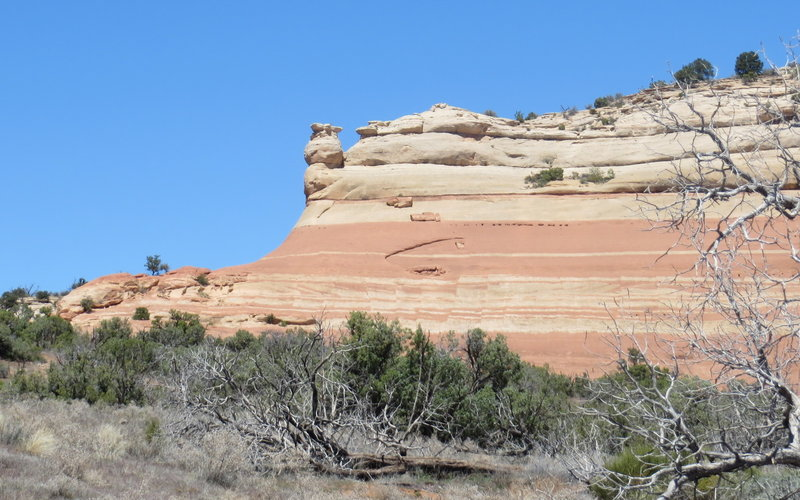 Striped sandstone cliff on the Jouflas Loop Trail