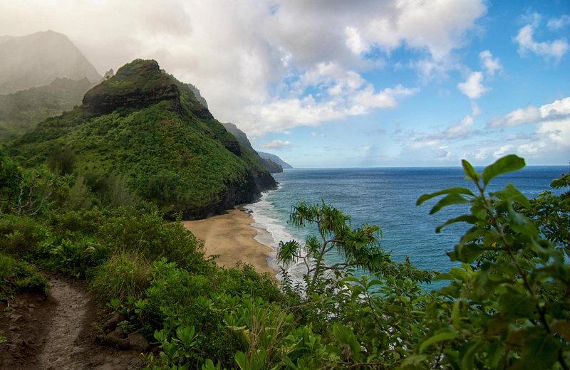 Kalalau Trail along the Nāpali coast
