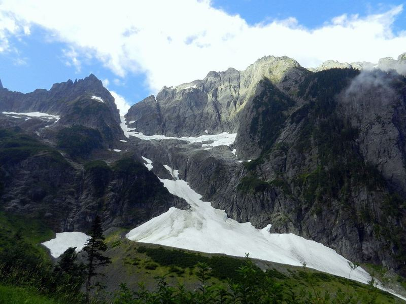 The views are awesome, even on the way to the Cascade Pass Trailhead.