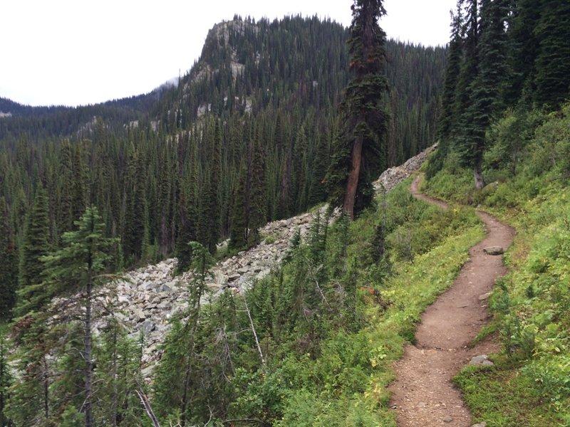 The path toward Eva Lake.