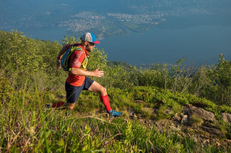 Rolling along the Monte Gambarogno Trail. Photo by: Tom Malecha (Filme von Draussen)