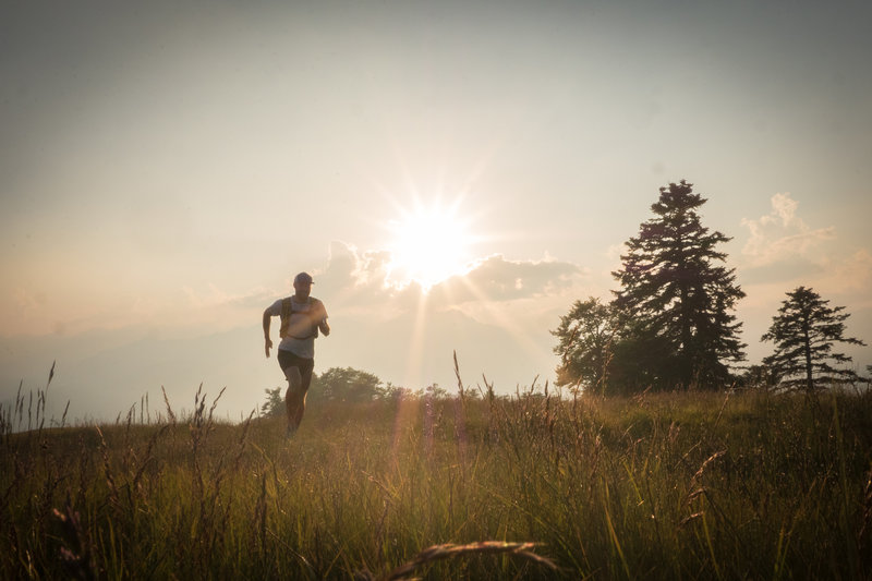 The sun rising on Cimetta Trail. Photo by: Tom Malecha (Filme von Draussen)