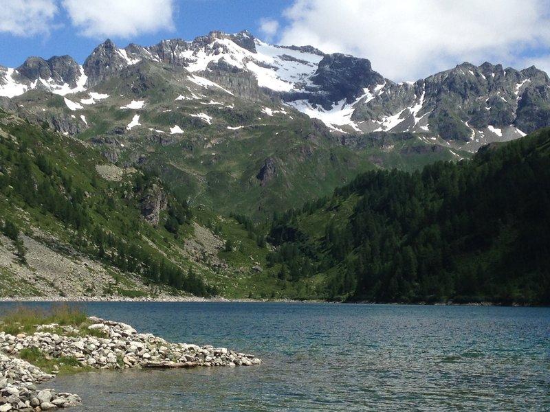 The tip of Codelago has a view north towards the lake / La punta di Codelago ha il panorama verso il punto nord del lago.