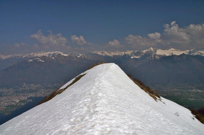 The summit of Monte Gambarogno (1.739 m) under snow.