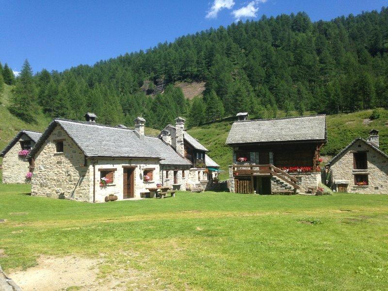 The village of huts at Campriolo. /Il villaggio di Campriolo ha delle baite perfettamente intonate con l'ambiente circostante