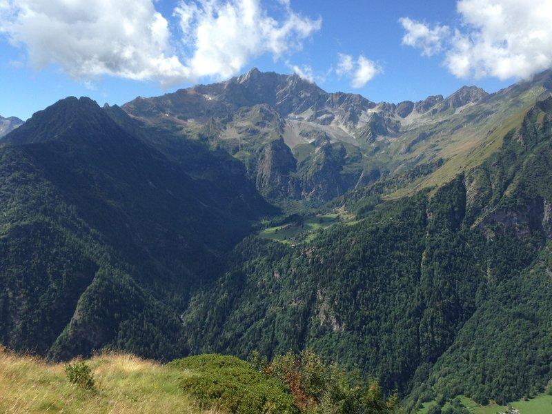 The peak of the Weisshorn dominates this stretch of the valley, at the center you can see the houses of Valle d'Otro / La cima del Corno Bianco domina questo tratto di valle, al centro la piana della Valle d'Otro con le case Walser.