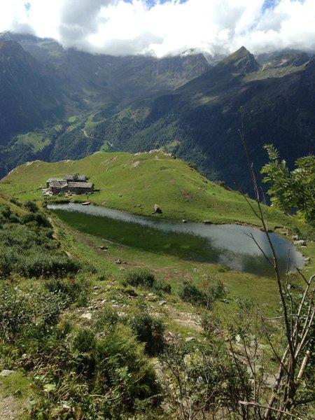 Alpe Campo is a very sunny spot with a pond of clear water / l'Alpe Campo è un punto molto soleggiato con un laghetto dalle acque limpide.