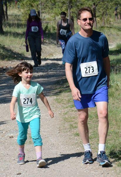 A dad-daughter pair bonds over their race on the 2016 DFMI 5k.