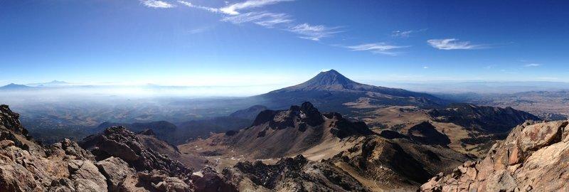 A broad view of some of Mexico's tallest peaks. | En esta foto se parecian tres de las montañas más altas de México, a la izquierda al fondo el Citaltépetl, enfrente el Popocatépetl y a la izquierda la Malinche.
