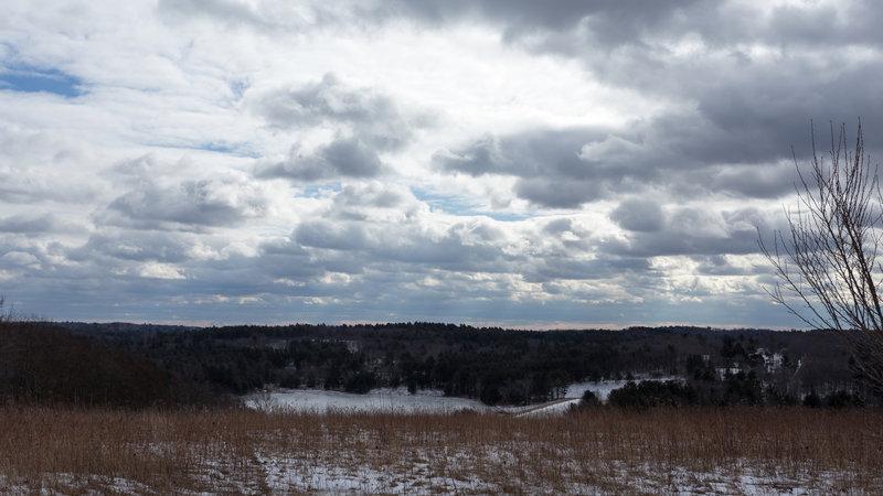A cloudy sky blankets the dam.