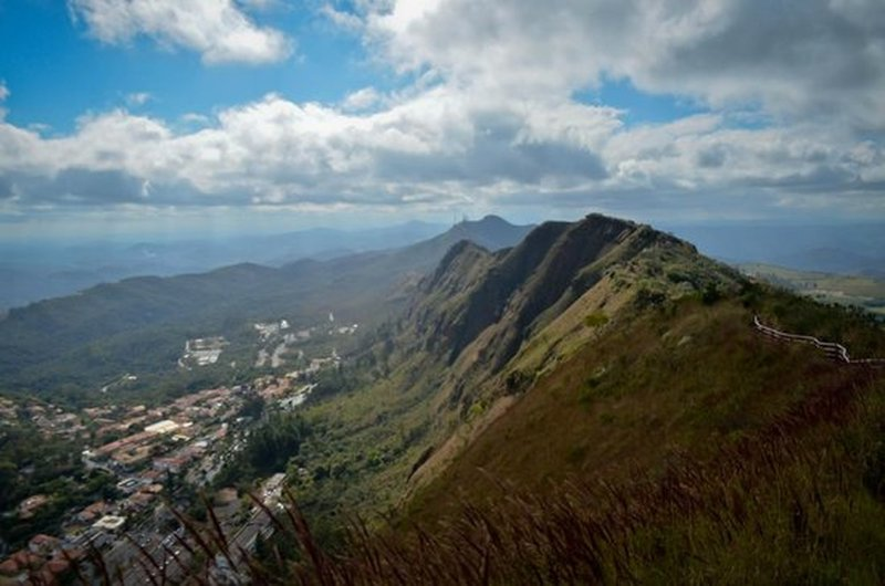 The trail crosses the crest of Serra do Curral.