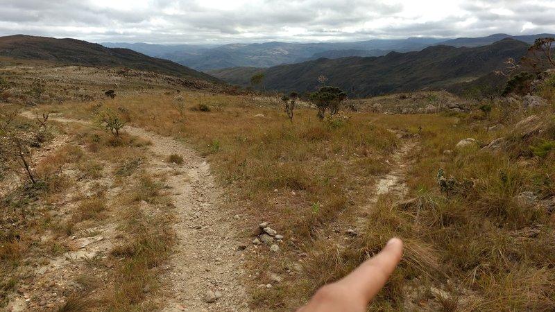 Start of the trail to Parque Nacional da Serra do Cipó, take right.