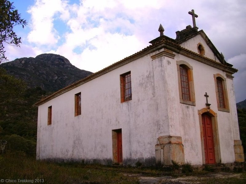 The ancient church and the Carapuça Peak just behind.