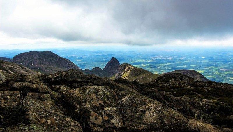 Baiano Peak summit and the Agulhinha Peak.
