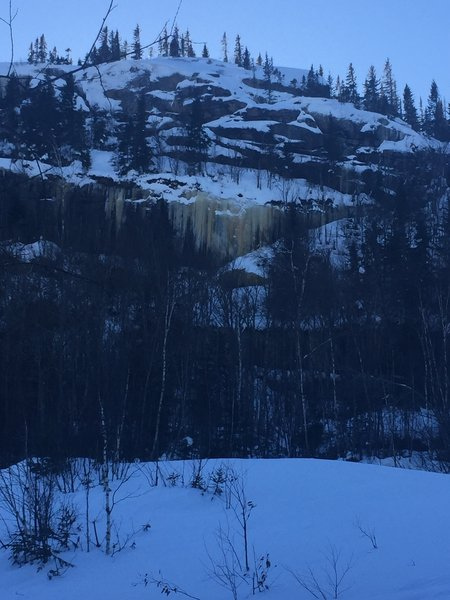 Parois de roche et de glace vues du sentier.