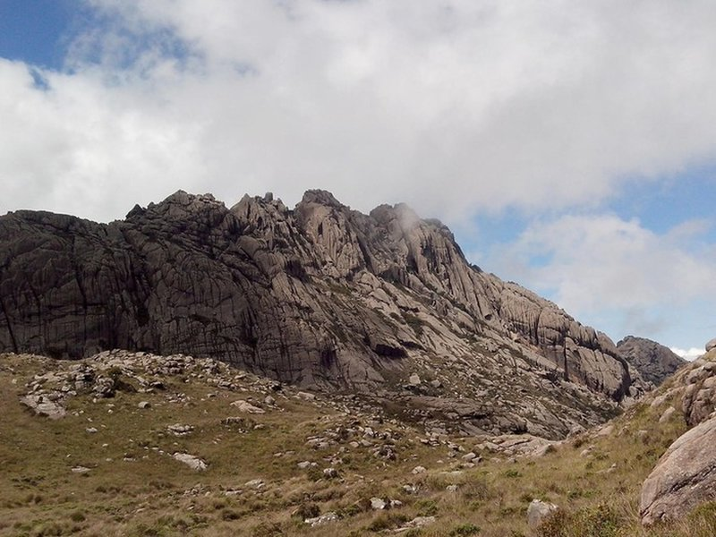 Agulhas Negras peak seen from the trail to Altar.