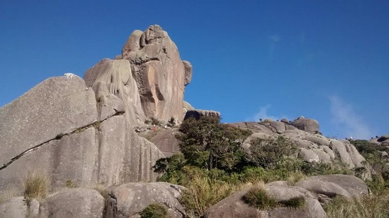Prateleiras Peak seen from it basin