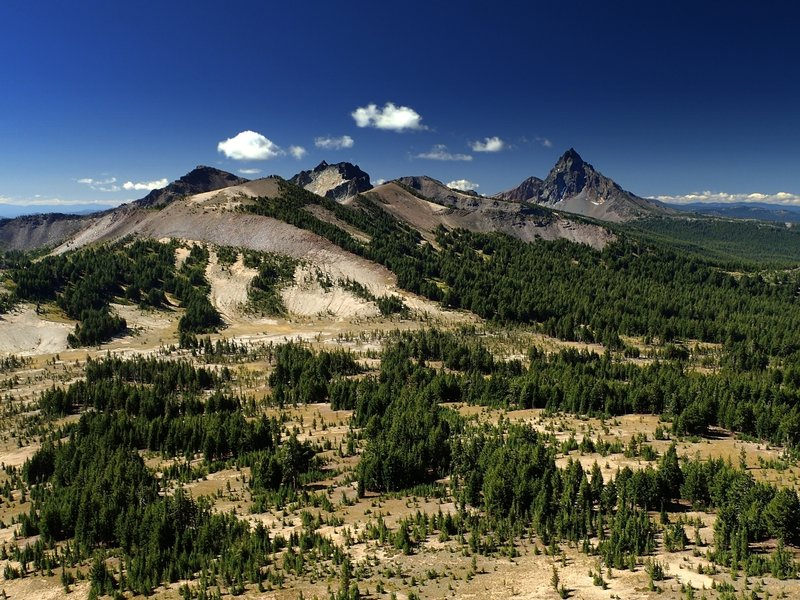 Howlock Mountain (L) and Mount Thielsen (R) from Tipsoo Peak