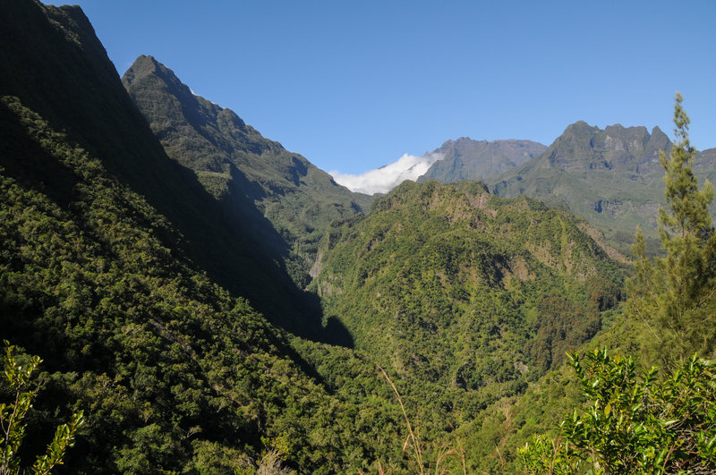 The narrow ridge section of Sentier Augustave offers exceptional views to Le Cimendef and Piton des Neiges
