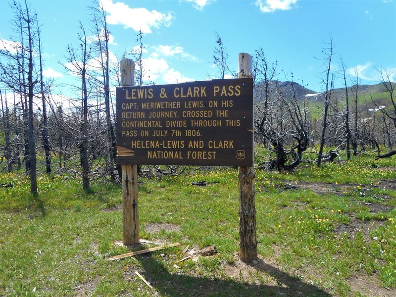 Sign that marks the top of the pass.