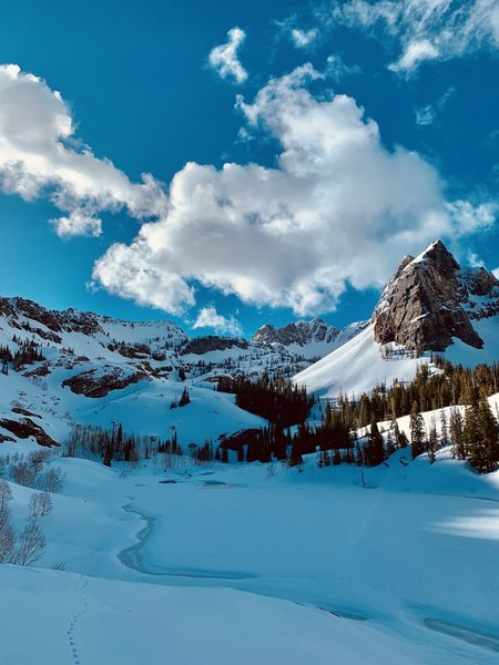 Frozen Lake Blanche and snow-capped Sundial Peak.