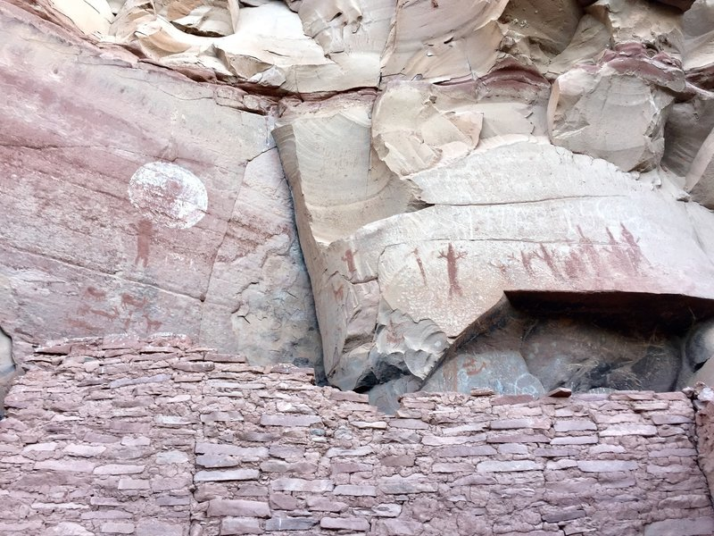Ruins and rock art at Honanki.
