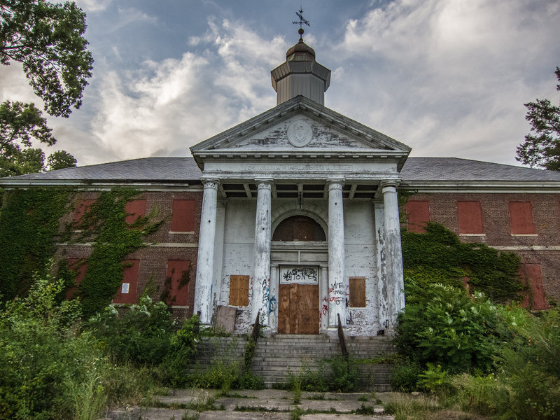 The abandoned administrative building of the former Metropolitan State Hospital (a psychiatric hospital that used to be located where there are now appartments)