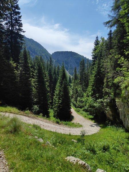Trail to Lake Krn