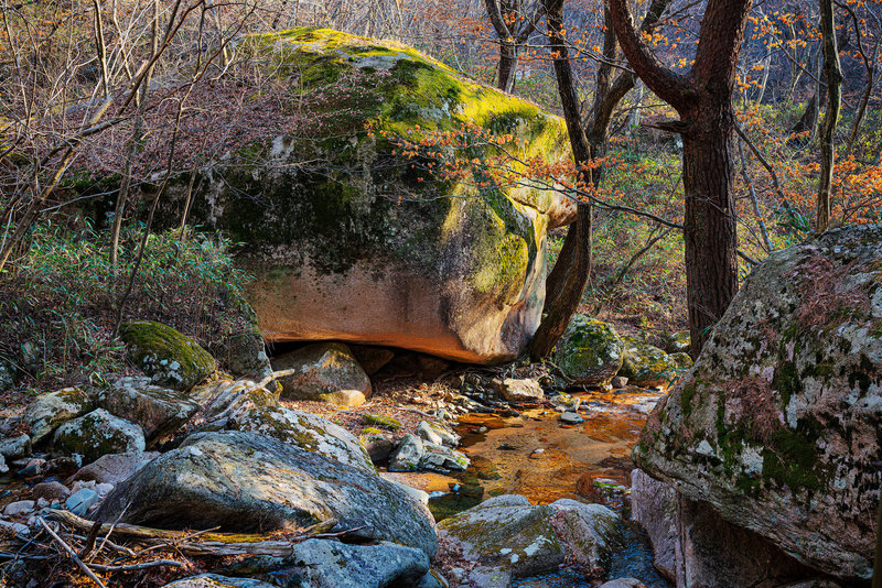 Large boulders all along the valleys.