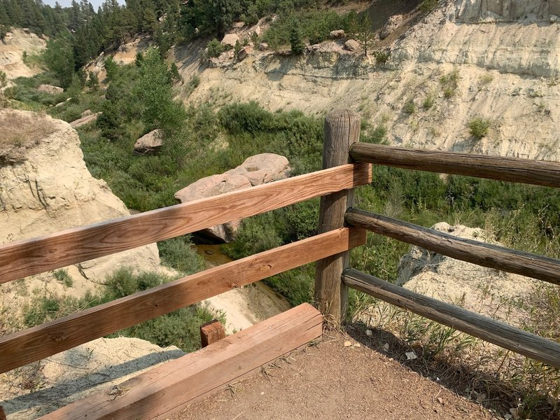 Nice safe view of the canyon from the trail.