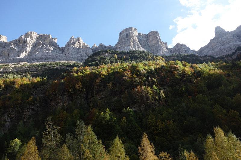 Mirador Cola de Caballo (Horsetail Lookout) towering above autumn glory
