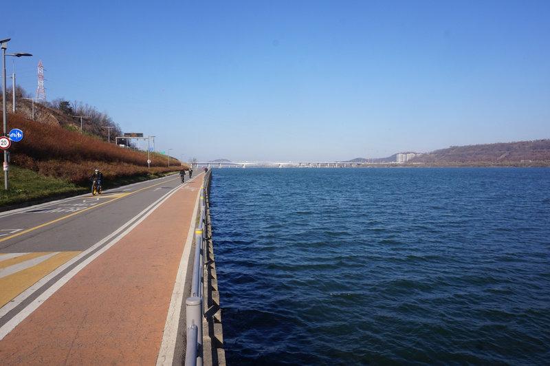 Walking towards Gayangdaegyo Bridge