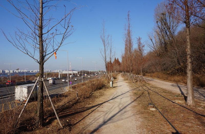 The trail in reverse alongside Gangbyeonbuk Road.
