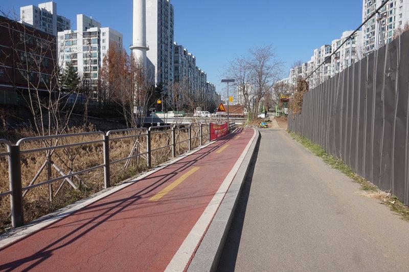 Seoul Trail at Seongnae-cheon Bicycle Path.