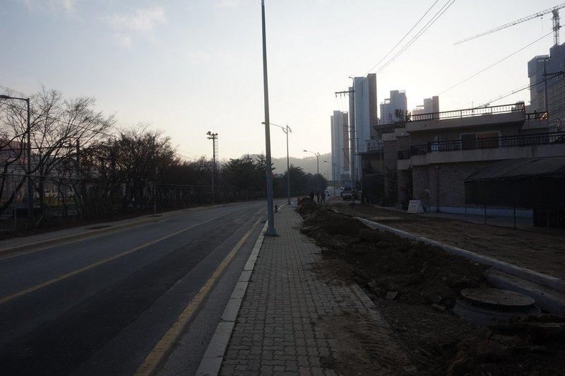 Seoul Trail crosses on Yongmasan-ro 136-gil.