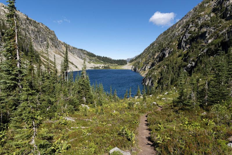 Kokanee Lake and the Kokanee Lake access trail.