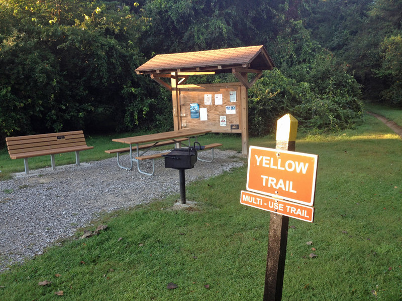 Picnic area and kiosk at Yellow Trail trailhead