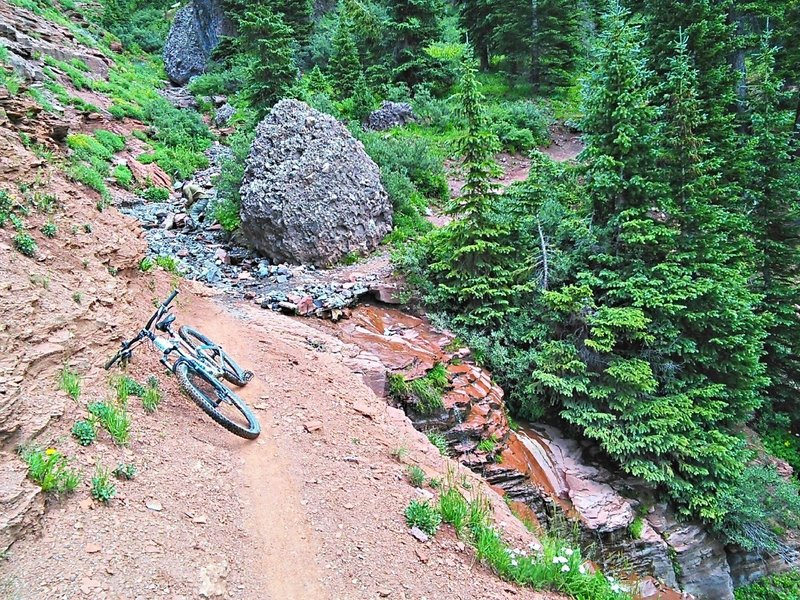 Interesting gulch with conglomerate rock and a bit of cliff band just off the trail